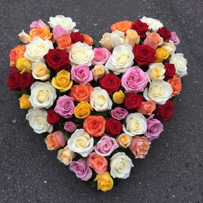 Herz mit bunten Rosen
