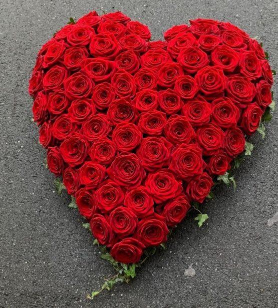 Herz mit roten Rosen